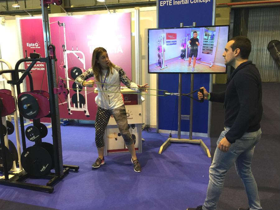 Beatrizz Crespo Ruiz explica un ejercicio funcional en Gym Factory